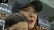 이용규 아내 유하나·아들 관중석 포착 '미모 여전'