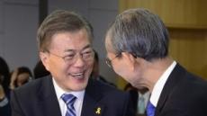 [헤럴드포토] 악수하는 문재인-한승헌