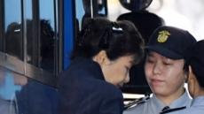"""[박근혜 첫 공판]""""직업은?"""" """"무직입니다""""…'피고인 박근혜' 구속 53일만에 법정 출석"""