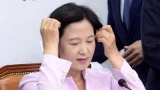 [헤럴드포토] 머리 만지는 추미애 대표