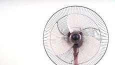 [깨끗한 여름바람 맞기 ②] 뜨뜻한 바람 속 먼지냄새…선풍기 청소가 필요할 때
