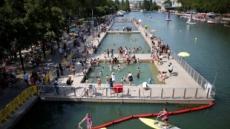 94년 만에 파리 센강 수영 꿈 이뤘는데…오염으로 일시 폐쇄