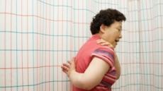 """[막바지 열대야 건강하게 ①] """"아이고 어깨야""""…잠 못 이루는 관절통 환자"""