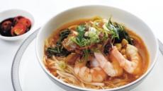 거리에 넘치는 '산해진미' 새우국수·돼지갈비 해물탕… 한국인 입맛에 딱 맞네!