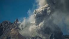 발리 아궁화산 분화…화산재·수증기 700m까지 치솟아