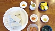 인도네시아 사떼의 비건버전고기 대신 파인애플피넛소스연말파티 '강황 두부 사떼'로