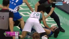 """거칠어진 여자농구,  진행자도 놀란 몸싸움…""""프로농구 출범 이후 처음"""""""