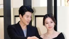 """조윤희ㆍ이동건 부부 첫 딸 품에 안다…""""산모ㆍ아이 모두 건강"""""""