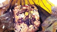 입안에 향기 가득한 연잎밥비트로 물들인 아삭한 연근다음은…연꽃잎 茶입니다