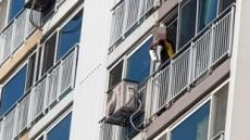 투신소동, 아파트 7층서 집기 마구 집어던진 50대 남자