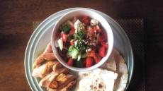 [혼밥 남녀 푸드톡]토마토·오이에 닭·토르티야 조화가볍지만 균형잡힌 '건강한 한끼'