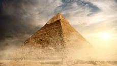 피라미드 꼭대기서 자살시도 男 체포