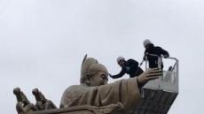 광화문광장 세종대왕ㆍ이순신 동상 미세먼지 씻는다
