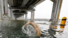물고기 떠밀려온 잠수교…경찰 차량 통행 통제