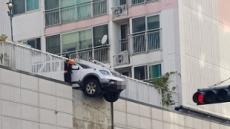 SUV 차량, 2층 주차장서 떨어질 뻔 '아찔'