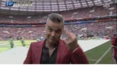 월드컵 개막식 '손가락 욕' 로비 윌리엄스, 처벌 받을까