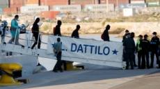 伊가 입항거부한 아프리카 난민, 7일 만에 바다서 스페인 땅으로