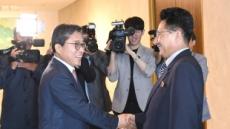 [포토뉴스] 체육계도 평화, 남북체육회담 굳은 악수