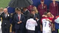 푸틴 뒤끝 작렬?…크로아 女대통령 비 맞는데 혼자만 우산