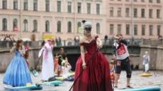 [포토뉴스] 러시아, 전통복 입고 즐기는 서핑