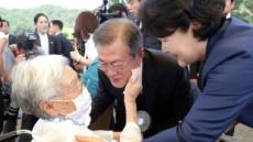 """문대통령, 위안부 피해자 묘역에 헌화…""""생존 할머니들 오래오래 함께해달라"""""""