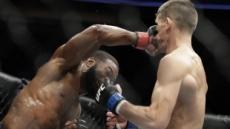 UFC 챔프 우들리, 신예 틸에 2회 항복승 방어 성공
