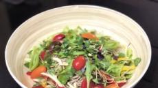 [혼밥남녀 푸드톡] 신선한 채소와 과일 쫄깃한 메밀 면발…그리고 달큰한 소스