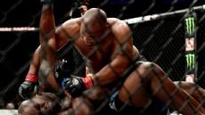 대니얼 코미어, 가뿐히 UFC 헤비급 1차 방어…2회 항복승