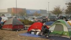 월마트 주차장서 노숙하는 산불 난민들…美 정부에 분통