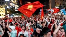 베트남 현지 반응, 횃불, 경적, 양국 국기 휘날리며