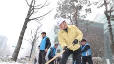 [포토뉴스] 눈치우는 관악구청장