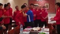 """박항서, 생일 맞은 베트남 선수에 뽀뽀…""""아빠 같다"""""""
