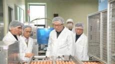 식약처 차장, 달걀 모자 쓰고 달걀 공장 점검