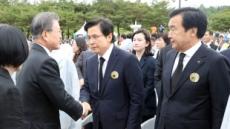 오가는 설전 속 판 커지는 '김정숙 악수패싱' 논란