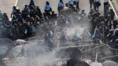 홍콩 시위 격화, 경찰 쏜 고무탄에 실명한 여성