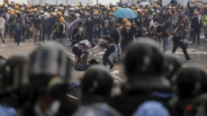 """트럼프 """"中 병력, 홍콩 접경지역 이동…모두 진정해야"""""""