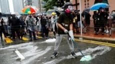 """홍콩 경찰, 시위 참가자 알몸 수색 논란 """"펜으로 허벅지 때려"""""""