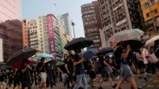 홍콩 '복면시위' 거리행진…지하철역에 화염병 투척도