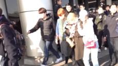 트와이스 지효, 다리 부상…입국 도중 몰려든 팬에 걸려 '꽈당'