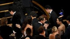 디카프리오, 조여정에 먼저 다가가 눈맞춤 축하 '시선 집중'