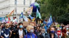 """유럽 기후변화 반대시위…""""마스크 올리고, 온실가스 내리고"""""""