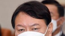 [헤럴드pic] 마스크를 만지는 윤석열 검찰총장