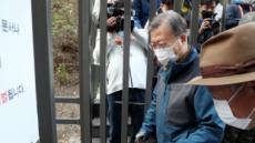 북악산 찾은 文대통령, 52년간 잠겼던 철문 열었다
