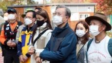 문대통령, 52년간 닫힌 북악산 철문 직접열다…내일부터 시민 개방