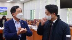 [헤럴드pic] 대화하는 김영호 국회 외통위 법안심사소위원장과 김기현 국민의힘 의원
