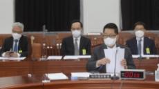 [헤럴드pic] 자료를 정리하는 박지원 국가정보원장
