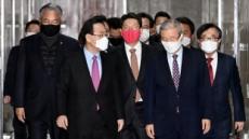 [헤럴드pic] 회의실로 향하는 김종인 비상대책위원장과 주호영 원내대표