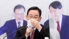 [헤럴드pic] 마스크를 고쳐쓰는 주호영 원내대표