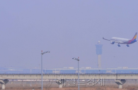 [헤럴드포토] '미세먼지 뚫고 착륙하는 항공기'