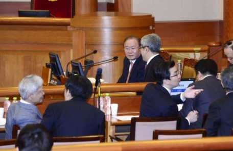 [탄핵심판] '김평우 소동'으로 불 붙은 '대통령 대표대리인' 논란